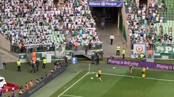 Torcedores do Palmeiras arremessaram cadeiras no gramado do Allianz Parque.