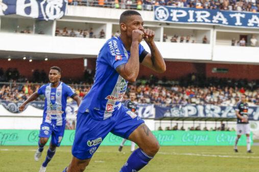 O atacante Hygor Silva celebra gol marcando no clássico Remo x Paysandu