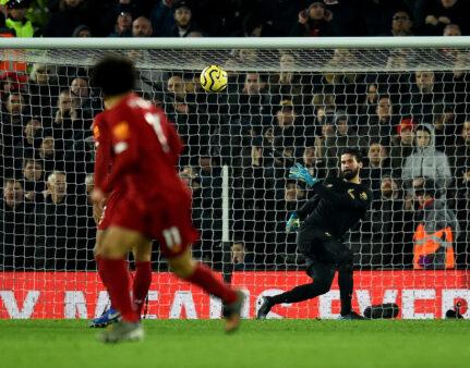 Alisson assistência vitória Liverpool Manchester United