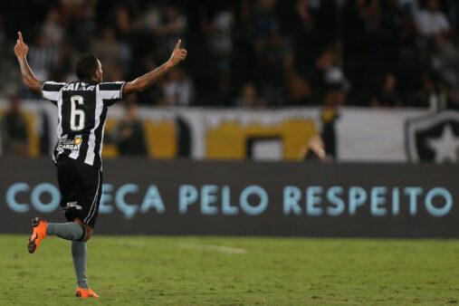 Gilson em ação pelo Botafogo