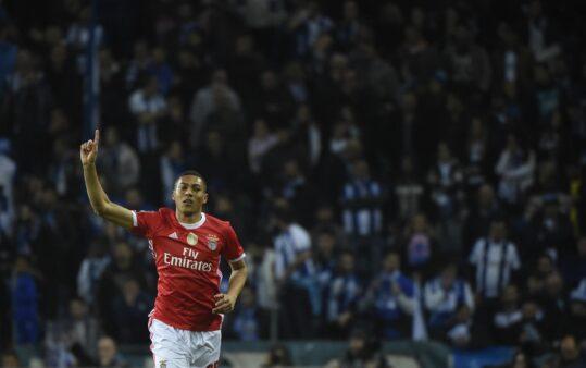 Carlos Vinícius em ação pelo Benfica