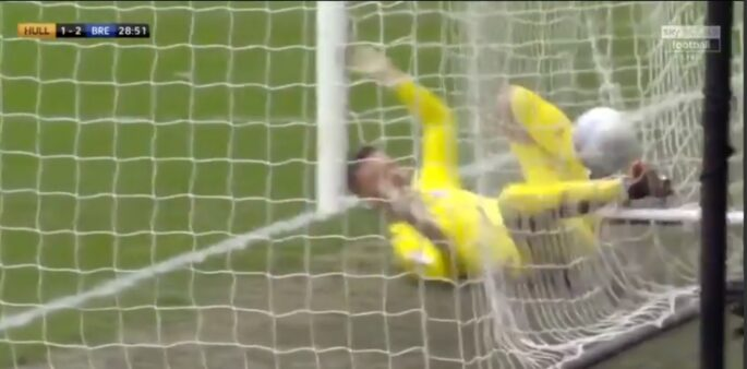 Goleiro protagonizou lance bizarro em jogo da Championship, na Inglaterra.