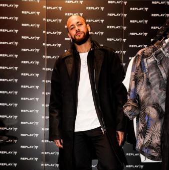 Neymar marcou presença em desfile de moda.