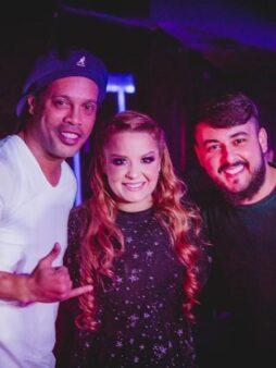 Rolê aleatório? Ronaldinho Gaúcho sobe no palco para tocar em show de Maiara e Maraísa