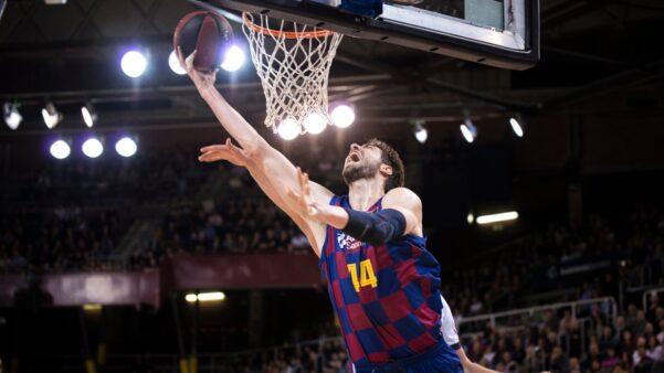 """Jogador de basquete do Barcelona """"perde a linha"""" e rasga camisa após ser expulso; assista"""