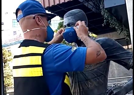 Estátua de Pedro Rocha ganha máscara em Porto Alegre