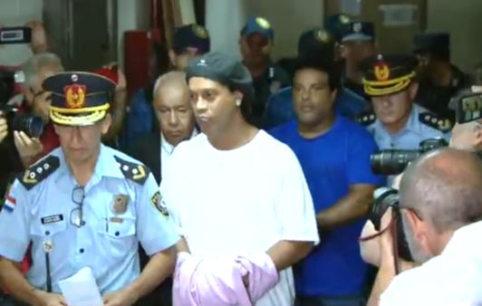 Ronaldinho ficou preso no Paraguai. por 32 dias