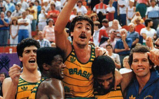 Foto reprodução site Jovem Pan - Seleção Brasileira masculina de basquete venceu os EUA por 120 a 115 na final dos Jogos Pan-Americanos de 1987, em Indianápolis