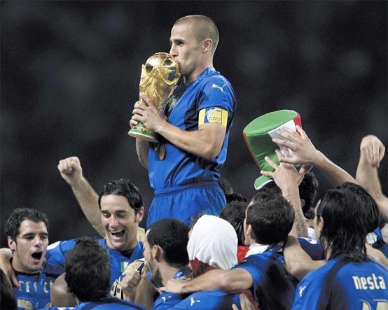 Fabio Cannavaro, vencedor da Bola de Ouro em 2006, beija o troféu da Copa do Mundo disputada no mesmo ano na Alemanha (Foto: Reprodução/ Facebook oficial)