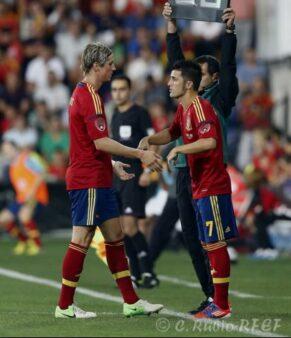 Fernando Torres sai para entrada de David Villa