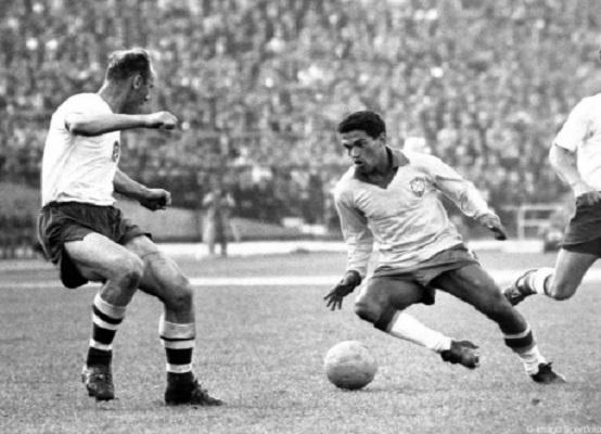 """Mané Garrincha, o """"Anjo das Pernas Tortas"""" (Reprodução)"""
