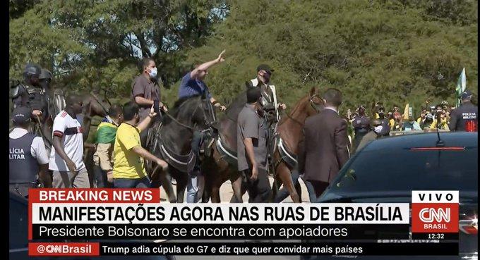 Bolsonaro (camisa azul) andou a cavalo, em Brasília, e foi criticado por Neto - imagem: transmissão/CNN Brasil