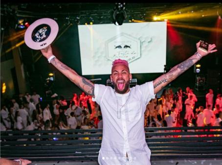 Neymar fez festa de aniversário em Paris.