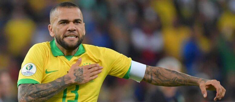 Capitão da Seleção Brasileira, Daniel Alves não descarta atuar pelo Boca Juniors antes de encerrar a carreira