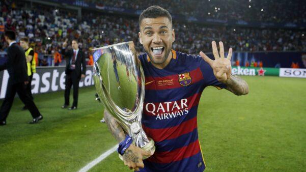 Daniel Alves já levantou o troféu da Champions.