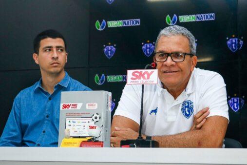 Felipe Albuquerque (à esquerda) e Hélio dos Anjos (à direita), falaram sobre Erik Bessa, novo contratado do Paysandu