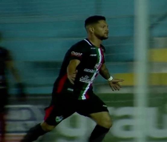 João Paulo, atacante do Salgueiro-PE, comemorando gol (Foto: Reprodução)