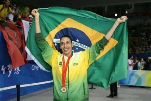 sheilla comemorando medalha de ouro em pequim 2008