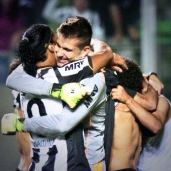 """Victor elogia Ronaldinho: """"Muito acima do comum"""""""