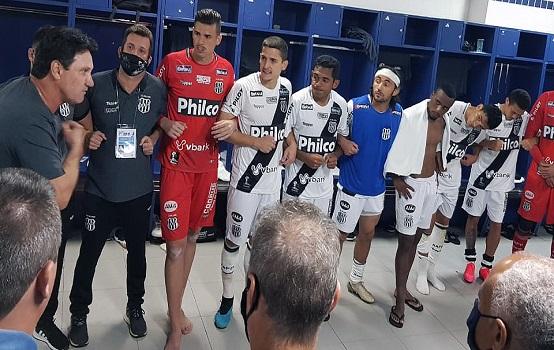 O técnico João Brigatti durante conversa com os jogadores no vestiário (Foto: ThiagoToledo/ PontePress)