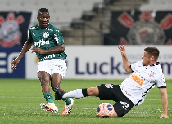 Patrick de Paula, do Palmeiras, disputa bola com o corintiano Ramiro, durante partida válida pela 11ª rodada (Foto: Cesar Greco/ Flickr oficial SE Palmeiras)