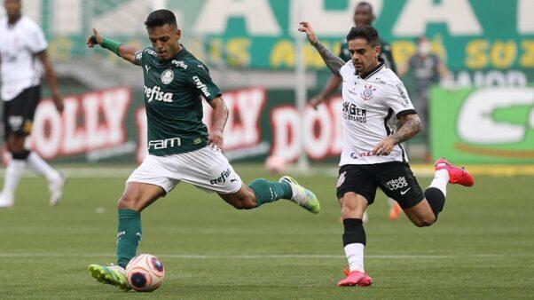 O jogador Gabriel Menino, do Palmeiras, disputa bola com o jogador Fagner, do Corinthians (Foto: Foto: Cesar Greco/ SE Palmeiras)