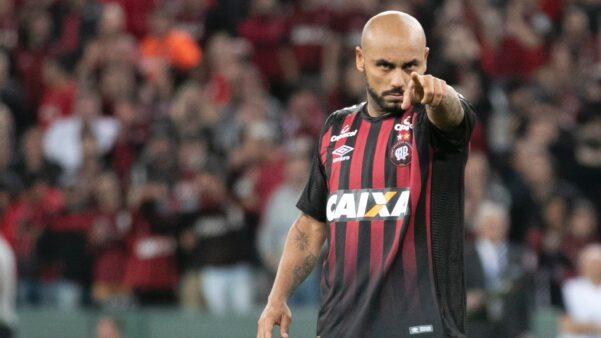 """Jonathan critica retorno do futebol na pandemia: """"Sacanagem"""""""