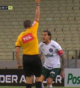 Expulso, Gustavo Gómez se irrita e parte pra cima do árbitro; veja o vídeo
