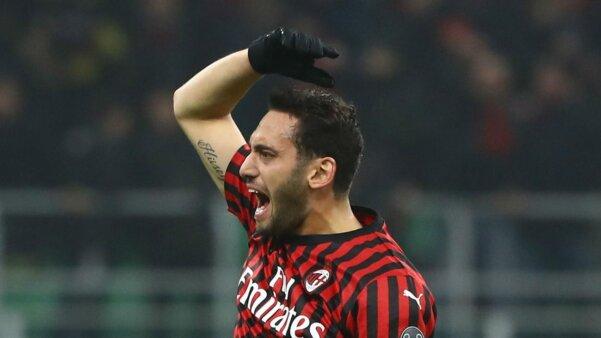 Calhanoglu em ação pelo Milan mercado da bola eurocopa