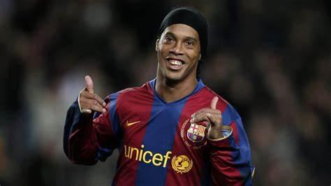 Belletti recorda momentos de Ronaldinho no Barcelona: 'Joga a bola em mim, que eu resolvo'