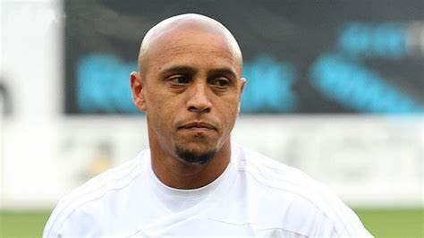 """Ex-técnico da Inter critica Roberto Carlos: """"Chutou 28 faltas e não fez gol"""""""