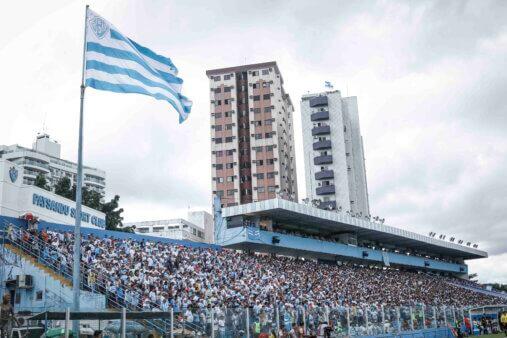 Torcida e bandeira do Paysandu no estádio Curuzu