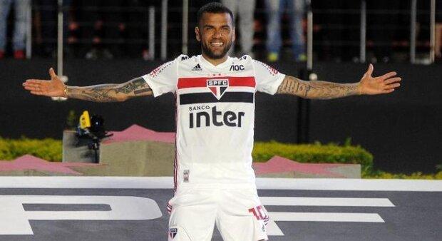 Após classificação, Daniel Alves desabafa, se declara e cutuca a diretoria do São Paulo
