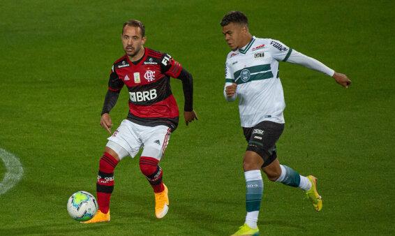 Flamengo e Coritiba medem forças pelo Brasileirão.