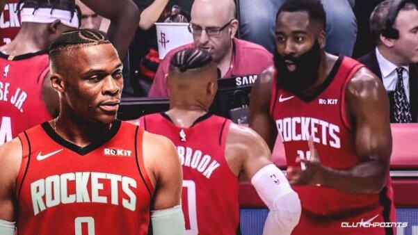 James Harden e Russel Westbrook tendo problemas durante o jogo.
