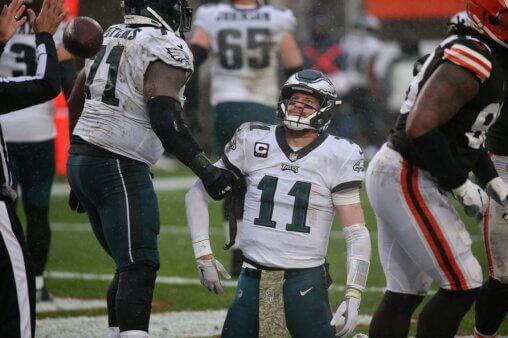 Carson Wentz, quarterback do Philadelphia Eagles, tem outro jogo ruim contra o Cleveland Browns.