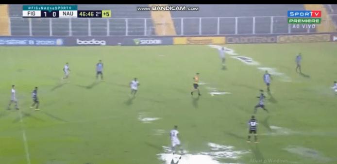 Goleiro chuta, zagueiro do Figueirense pega de primeira e marca golaço de trás do meio-campo; veja o vídeo