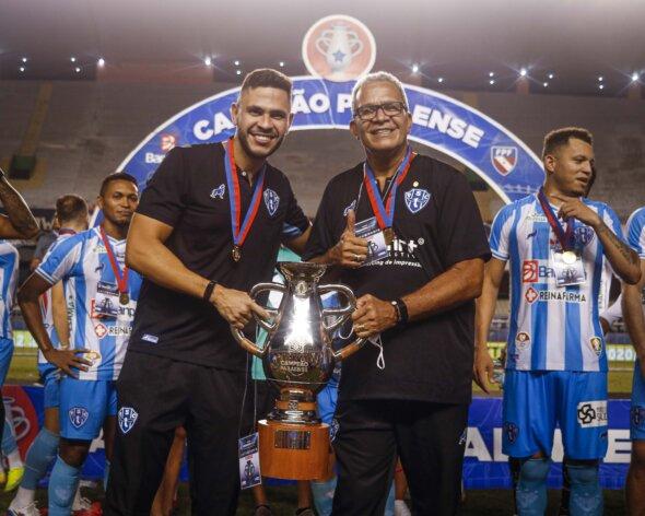 Guilherme dos Anjos (à esquerda) é auxiliar e filho do treinador Hélio dos Anjos (à direita); dupla foi campeã estadual em 2020 - imagem: Jorge Luiz/Paysandu