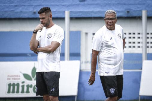 Guilherme dos Anjos (à esquerda) é auxiliar e filho do treinador Hélio dos Anjos (à direita)