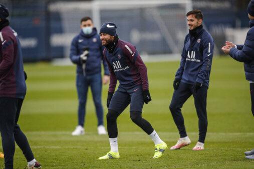Neymar voltou aos treinos.
