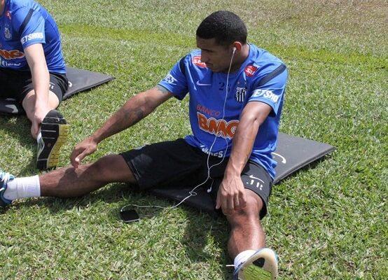 O volante Elivelton, durante o início de sua carreira no Santos (Foto: Divulgação/ Santos FC)