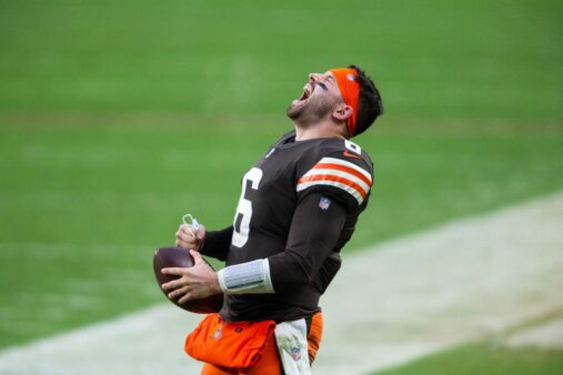Baker Mayfield, quarterback do Cleveland Browns, celebra na sideline o final do jogo entre Browns e Pittsburgh Steelers, na Semana 17 da NFL