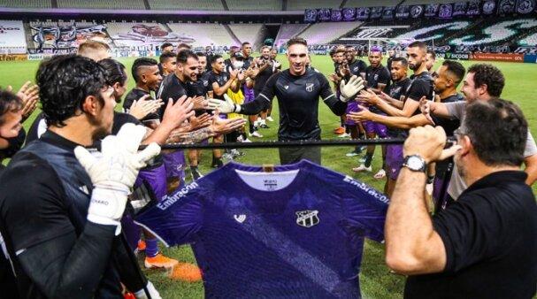 O goleiro Fernando Prass recebe homenagem em sua despedida dos gramados (Foto: Felipe Santos/ Ceará SC)