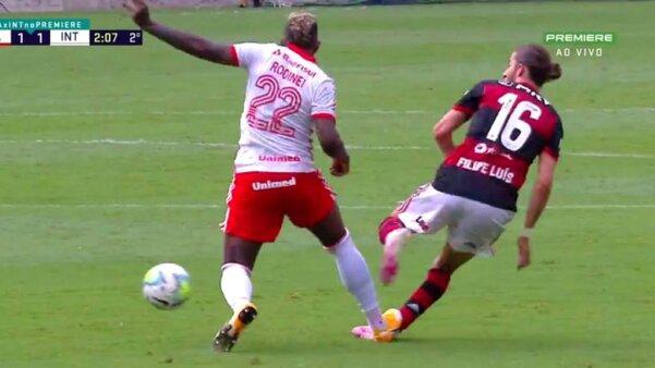 Rodinei foi expulso em lance envolvendo Filipe Luís. Brasileirão