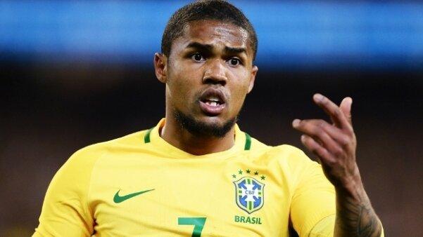 Grande clube brasileiro negocia a contratação de Douglas Costa e Rafael Carioca