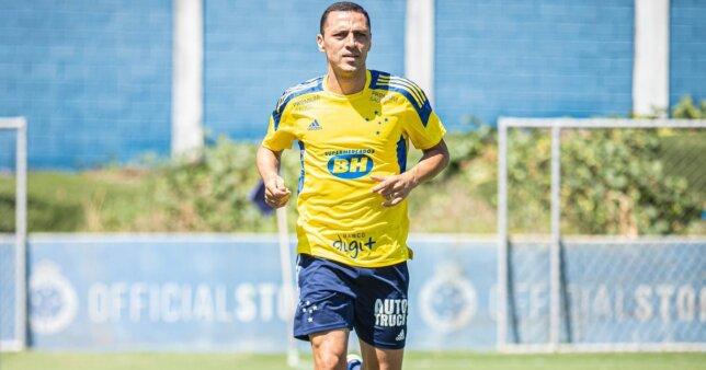 Rômulo em ação pelo Cruzeiro