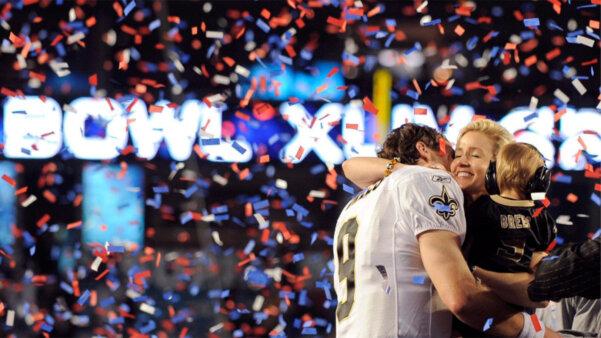 Drew Brees, quarterback do New Orleans Saints, abraça sua esposa e filho durante comemoração no Super Bowl