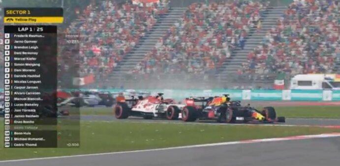 Cena de jogo virtual de Fórmula 1 com carro da Red Bull na liderança na entrada de uma curva, seguido de perto por uma Alfa Romeo.