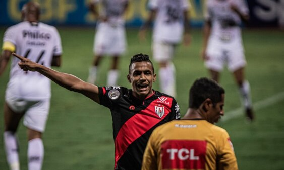 Arnaldo em ação pelo Atlético-GO