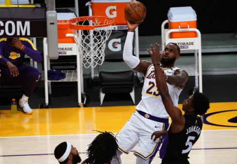 LeBron James, armador do Los Angeles Lakers, faz arremesso em cima de Stanley Johnson, armador do Toronto Raptors